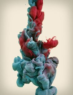 High-Speed Photographs of Ink Dropped into Water: In his ongoing exploration with high-speed photography and colour, Alberto Seveso drops plumes of various inks into water, capturing the organic shapes that form with a high-speed camera. Red Wallpaper, Screen Wallpaper, Mobile Wallpaper, Wallpaper Backgrounds, High Speed Photography, Water Photography, Color Photography, Abstract Photography, Movement Photography