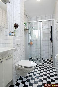 badrum,vägghängd toalett,svartvitt,kakel