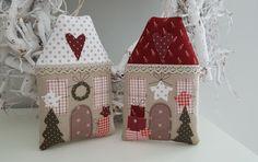 Süsses Weihnachts- Häuschen im angesagten Landhausstil!  Sehen sie nicht gemütlich aus? Zwei zauberhafte Weihnachtshäuschen zum Aufhängen oder Befüllen. Du kannst sie an den Weihnachtsbaum, an...