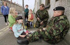 Soldiers talk to Protestant children Northern Ireland Troubles, Belfast Northern Ireland, British Army, British Isles, Irish Republican Army, Uk Arms, Orange Order, 1980s Childhood, Army Day
