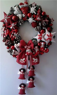 Of The Best DIY Christmas Wreath Ideas kunstblumen Christmas Wreaths To Make, Christmas Table Decorations, Christmas Makes, Noel Christmas, Holiday Wreaths, Christmas Projects, All Things Christmas, Holiday Crafts, Christmas Ornaments