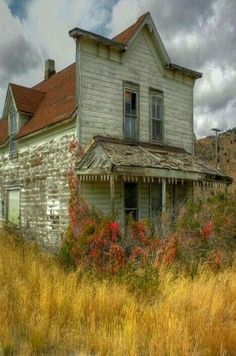 Abandoned in Soda Springs, Idaho. places where has on the things people abandoned. Old Abandoned Buildings, Abandoned Property, Abandoned Mansions, Old Buildings, Abandoned Places, Abandoned Castles, Abandoned Plantations, Abandoned Detroit, Abandoned Malls