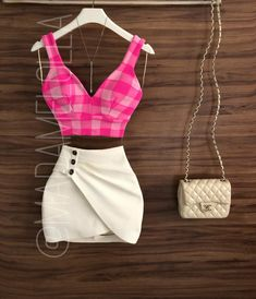 Sobre as noviiis do dia: Cropped Helô + short saia Betânia 💕💜 |  Comprinhas pelo site: www.madamelolla.com ou WhatsApp: 01194640-0140 {quem achar mais fácil, tem o link na bio} ✔️✔️ {💰Cropped: R$119,90 | Short Saia R$179,90} Look Fashion, 90s Fashion, Fashion Dresses, Womens Fashion, Cute Spring Outfits, Cute Outfits, Fiesta Outfit, Vetement Fashion, Casual Skirt Outfits