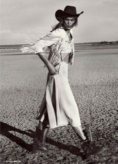 Model Jenna Pietersen channels her inner cowgirl for the July 2015 issue of Myself Magazine, from Germany. The dark-haired beauty goes west while on location on… Style Cowgirl, Cowgirl Mode, Cowgirl Tuff, Cowgirl Chic, Cowgirl Outfits, Fashion Shoot, Editorial Fashion, Boho Fashion, Fashion Tips