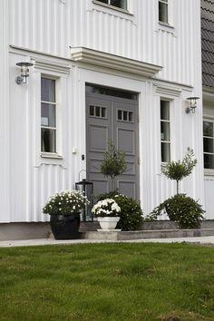 Krönlist Window Shutters Exterior, House Paint Exterior, Exterior Doors, Exterior Design, Interior And Exterior, This Old House, Main Door Design, Casa Real, Scandinavian Home