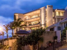 Villa Lapama - Villa Lapama is a beautiful holiday home situated on the amazing mountain side of Gordons Bay's most affluent neighbourhood.We boasts a full size snooker table, Jacuzzi bar area, infinity swimming pool, .