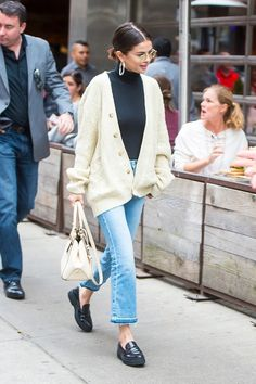 Selena Gomez cream cable cardigan frayed blue jeans black loafers white bag cycling in new York September 2017 Selena Gomez Fashion, Selena Gomez Style, Selena Gomez Clothes, Selena Gomez Outfits Casual, Selena Gomez Short Hair, Looks Street Style, Looks Style, Looks Cool, New York Street Style