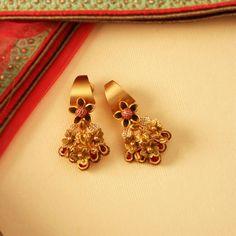 Daily wear earrings design in gold Gold Rings Jewelry, Jewelry Design Earrings, Gold Earrings Designs, Gold Jewellery Design, Designer Earrings, Beaded Jewelry, Tikka Jewelry, Gold Jhumka Earrings, Golden Earrings