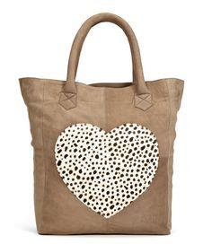 De Helena Bag Big van Fab is een shopper model met een groot hart op de voorzijde met een tutu leo opdruk (€259,00)