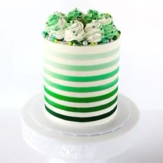 Look at this Festive Shamrock Striped Cake! It's perfect for St. Use Bakell's Green mini pearl bead Krazy Sprinkles™ to achieve this yummy look! Cake Decorating For Kids, Cake Decorating For Beginners, Cake Decorating Videos, Cake Decorating Techniques, Funfetti Cake Pops Recipe, No Bake Cake Pops, Cupcakes, Cupcake Cakes, Pastel Mickey