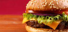Beim Grillen darf ein Burger natürlich nicht fehlen, der Trick ist die Verwendung von reinem Rindfleisch.
