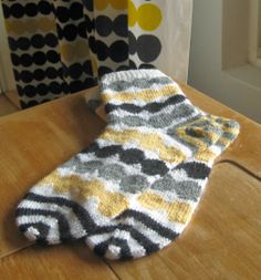 Räsymatto socks via Odelman kudelmat. Räsymatto fabric by Marimekko.