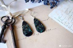 orecchini pendenti a goccia, pendenti in carta dipinta in stile botanico, orecchini legegri con monachella in acciaio, fiori selvatici