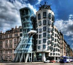 """Stupitevi come bambini alla vista della Casa Danzante, anche detta """"Fred e Ginger"""", che ferma i passanti in città. Noi vi mandiamo a Praga con volo+3notti dal 20 al 23 Giugno a 186€!"""