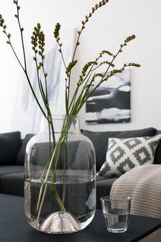 Unser Styling-Tipp: Befülle eine Vase mit zarten Gräsern statt üppigen Blumen, das unterstreicht das natürliche, entspannte Flair!