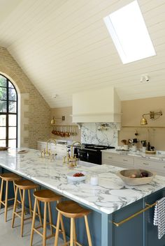 Be inspired and wowed by Stunning European Country Kitchen Design Inspiration, a photo gallery of 24 gorgeous examples of European kitchen decor and style. English Country Kitchens, Country Kitchen Designs, Rustic Kitchen, Kitchen Decor, Aga Kitchen, Kitchen Shelves, Kitchen Interior, Kitchen Ideas, Bespoke Kitchens
