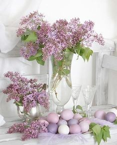 Beautiful lilac flowers and Easter eggs | Spring Tablescapes & Entertaining | Dinnerware | China