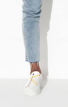 White Sneakers Outfit, Shoes Sneakers, Sneakers Design, Shoe Sketches, Le Tennis, Cropped Trousers, Short Outfits, Biker, Fashionable Outfits