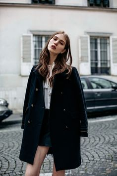 styling-abrigo ensima de ropa pose-como gira y estira el cuello