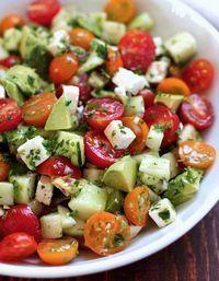 Une salade légère, gourmande et colorée qui associe sans fausse note avocat, concombre, tomate et feta avec du persil et un filet d'huile d'olive.