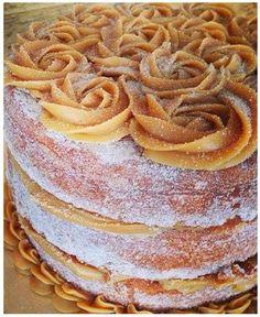 Bolo Churros Receita da Massa e Recheio Passo a Passo do bolo churros recheado e coberto com doce de leite, açúcar e canela para polvilhar bolo tipo churros