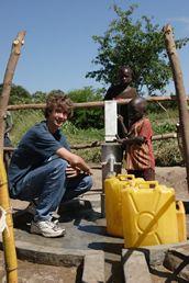 Aos 6 anos, o canadense Ryan Hreljac tomou a decisão de ajudar as crianças africanas que não dispunham de água potável. Hoje, aos 20, tem sua própria fundação e já saciou a sede de mais meio milhão de africanos.    Pequenas atitudes podem ajudar a tornar o mundo um lugar melhor. Compartilhe e transmita essa ideia!    #causes #causas www.vitalbox.com.br