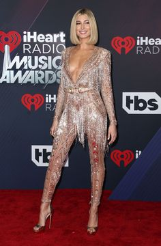 Host Hailey Baldwin Strikes a Pose on the Red Carpet at iHeartRadio Music Awards Photo Hailey Baldwin looks like a glittering goddess on the red carpet! The Drop The Mic emcee hit the red carpet at the 2018 iHeartRadio Music Awards held… Zuhair Murad, Jimmy Choo, Gold Jumpsuit, Hailey Baldwin Style, Metallic Dress, Hot Outfits, Red Carpet Looks, Red Carpet Dresses, Celebs