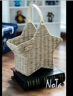 Плетение Newspaper Basket, Newspaper Crafts, Baskets On Wall, Wicker Baskets, Basket Crafts, Alternative Christmas Tree, Paper Weaving, Cardboard Art, Victorian Dollhouse