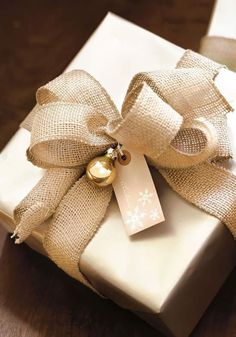 Burlap bows fir Christmas Gift wrapping ideas from the experts Best Picture For easy DIY Gifts For Your Taste You … Elegant Gift Wrapping, Creative Gift Wrapping, Creative Gifts, Wrapping Gifts, Brown Paper Wrapping, Creative Ideas, Christmas Gift Wrapping, Diy Christmas Gifts, Holiday Gifts