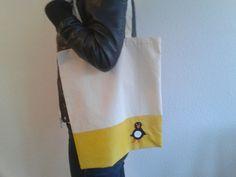 Moderne handbemalte Jutetasche mit Pinguin Häkelapplikation. Die Farbe ist permanent auf Vorder- und Rückseite.