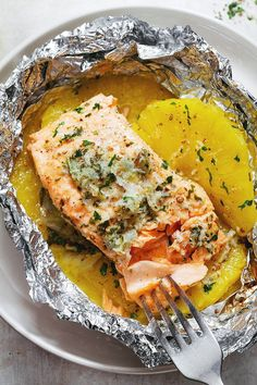Garlic Butter Salmon in Foil with Pineapple Honey lemon garlic butter salmon in foil – A clean eating weeknight dinner. with no clean up! Honey lemon garlic butter salmon in foil – A clean eating weeknight dinner. with no clean up! Pineapple Salmon, Pineapple Recipes, Salmon Recipes, Fish Recipes, Seafood Recipes, Pineapple Chicken, Pineapple Juice, Easy Healthy Dinners, Healthy Dinner Recipes