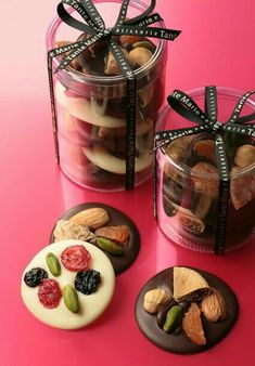 Love these DIY chocolate gifts. Dessert Packaging, Bakery Packaging, Cookie Packaging, Packaging Design, Chocolate Decorations, Chocolate Desserts, Chocolate Wrapping, Candy Recipes, Dessert Recipes