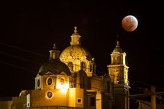 The Blood Moon October The moon overhangs a cathedral in Cholula, Mexico. Eclipse Photos, Lunar Eclipse, Earth From Space, Blood Moon, Stargazing, Empire State Building, Science Nature, Astronomy, Moonlight