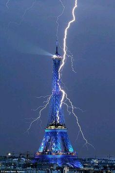 eifel tower struck by lightning
