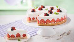 Diese Erdbeer-Quark-Torte backt der Kühlschrank. Rezept für eine sahnig-leichte Torte - wunderhübsch mit Erdbeeren in der Torte und als Marienkäfer-Deko obenauf.