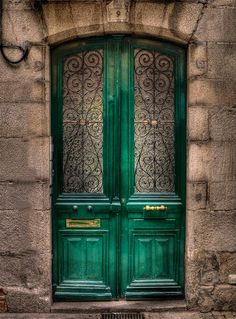 Let me in so I can find out what's behind the green door. Quimper, Bretagne