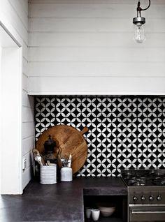 carrelage damier noir et blanc dans la cuisine moderne noir et blanc
