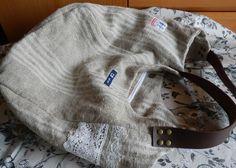 デッドストックのチェコリネンとアンティークのレースやタグで作った、真ん中の仕切りポケットが便利なふたへやバッグです。内袋は上質なコットン100%の帆布です。し... ハンドメイド、手作り、手仕事品の通販・販売・購入ならCreema。
