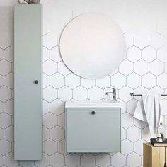 The shape of the wall tiles. Grey floor and grey joints. And you don't need tiles all the wayto the ceiling. Look at this upper irregular edge. Bad Inspiration, Bathroom Inspiration, Bathroom Inspo, Condo Bathroom, Small Bathroom, Bathroom Remodeling, Walk In Shower Enclosures, Sliding Door Design, Bath Tiles
