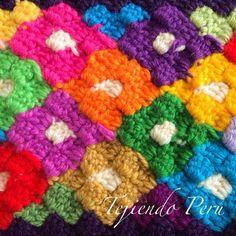 Puntada con rombos de colores tejida a crochet con la que se puede hacer lindos diseños como estas flores!. El paso a paso y diagrama están en nuestra página web en la Galería de puntos fantasía tejidos a crochet # 3.