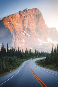 Summer drives along the Icefields Parkway 🏔  jguzmannn Location: Banff National Park, Canada Mountain Pictures, Scenery Pictures, Beautiful Roads, Beautiful Places To Visit, Beautiful Nature Pictures, Beautiful Landscapes, Road Photography, Landscape Photography, Banff National Park