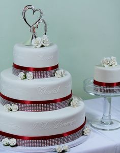Let this romantic wedding cake make a statement at your wedding!