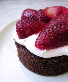 這是實力派甜點! 沒有華麗裝飾, 靠的是濃郁巧克力香和扎實口感, 下午茶一不小心就變晚餐! lol 我喜歡這款蛋糕甜甜鹹鹹的口感, 配茶和黑咖啡特讚. 吃法可以隨你的喜好變化, 我試過夾冰淇淋和微波加熱, 口感各有特色! 喜歡巧克力蛋糕的人不要錯過!