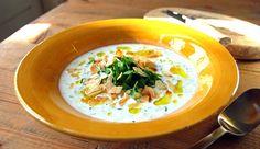Koude yoghurtsoep met verse kruiden