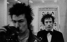 Sid Vicious and Johnny Rotten from Sex Pistols Johnny Rotten, Punk Rock, 80s Rock, Rock N Roll, Sid And Nancy, Pretty Punk, 70s Punk, One Wave, Gothic Rock