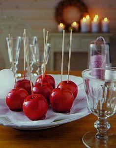 Für die Liebesäpfel bekommen die Äpfel eine rote Zuckerglasur. Das perfekte Geschenk zum Valentinstag und zum Advent.