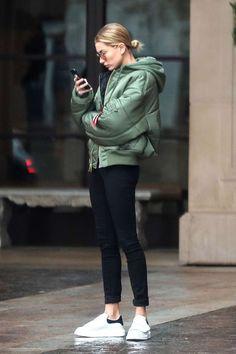 Puffy jacket verde militar, calça legging preta, tênis adidas branco