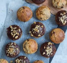 Bananmuffins med store stykker mørk chokolade og valnødder