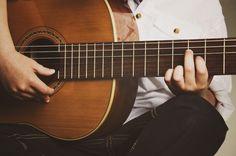 Oudste op papa's gitaar   Muziek, music, kids, photography, fotografie, idee, inspiratie