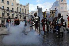 Moros y Cristianos combaten por la posesión del castillo en Alcoy - Informacion.es